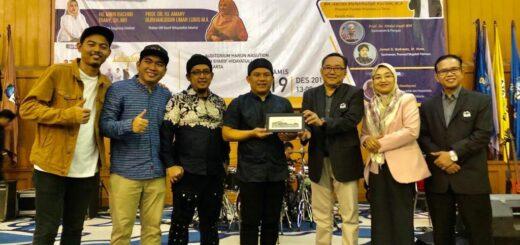 Wali Band menerima cinderamata dari Fidikom UIN Jakarta